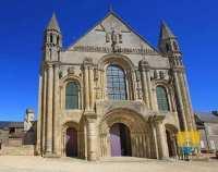 Abbatiale-de-Saint-Jouin-de-Marnes-porche
