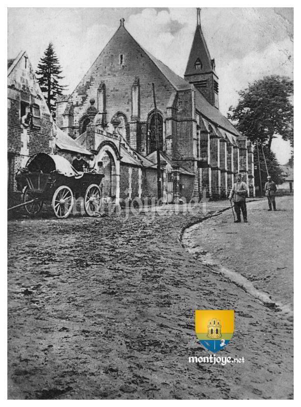 Soldats Allemands devant l'église de Beaulieu les Fontaines