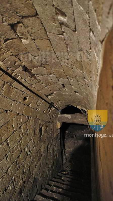 Escalier avec voûte plein cintre, en direction du cellier
